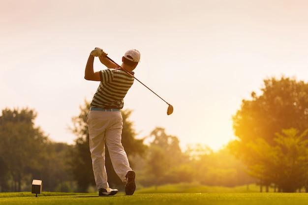 Os golfistas atingem o vasto campo de golfe no verão Foto Premium