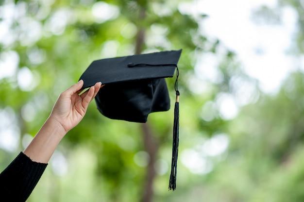 Os graduados estão expressando alegria na formatura. Foto Premium