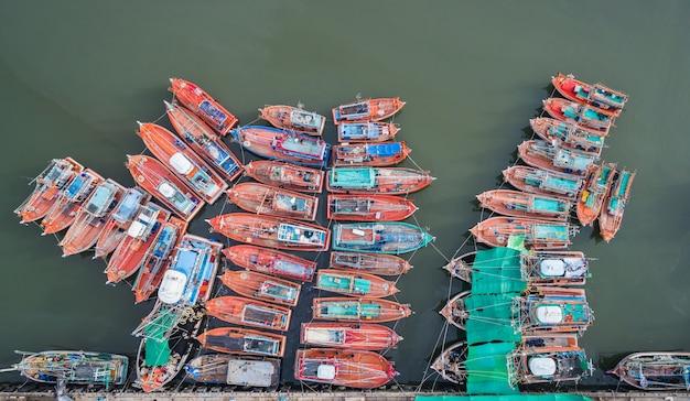 Os grandes barcos de pesca em pé no mar em phuket Foto Premium