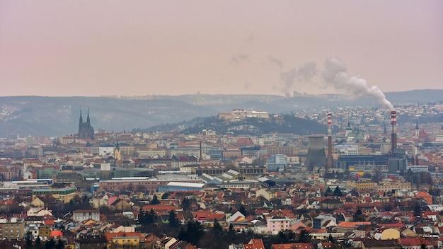 Os ícones das antigas igrejas da cidade de brno, castelos spilberk e petrov. república checa - europa. Foto gratuita