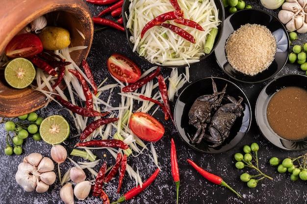 Os ingredientes da salada de mamão incluem mamão. Foto gratuita