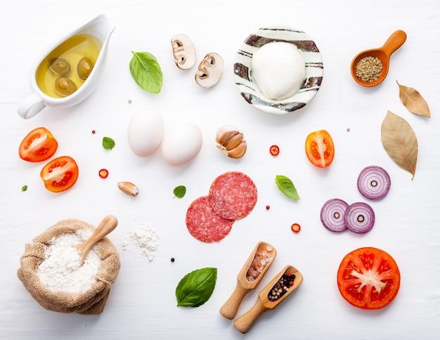Os ingredientes para pizza caseira com ingredientes Foto Premium