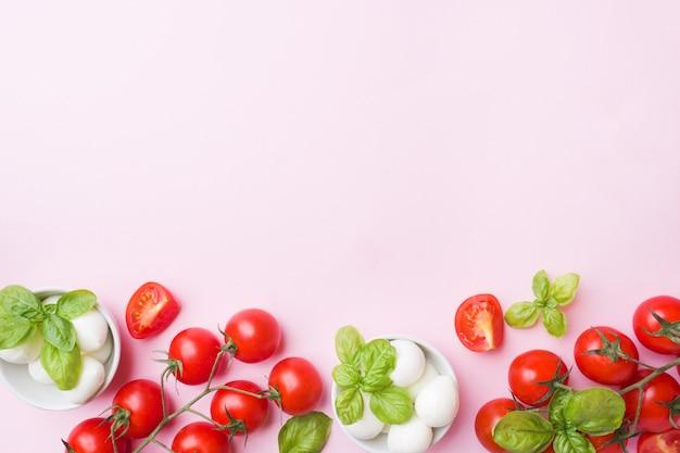 Os ingredientes para uma salada caprese. manjericão, bolas da mussarela e tomates com espaço da cópia. Foto Premium