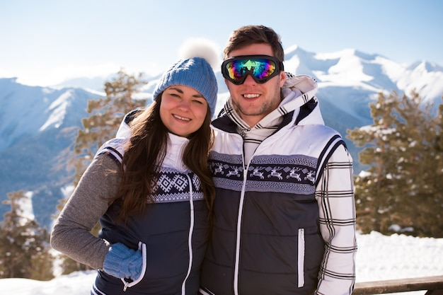 Os jovens descansam depois de esquiar nas montanhas, no inverno. Foto Premium