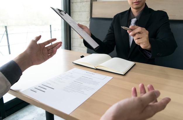 Os jovens estão sendo entrevistados pelos empregadores. Foto Premium