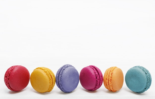 Os macarons doces endurecem no fundo claro. Foto Premium