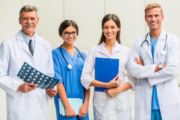 Os médicos estão de pé e sorrindo. Foto Premium