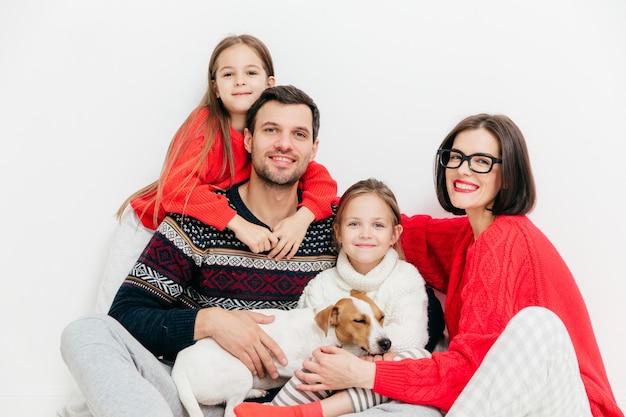 Os membros felizes da família com expressões positivas, abraçam-se e apoiam-se, têm um bom relacionamento Foto Premium