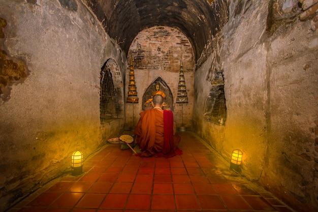 Os monges estavam sentados e rezando para acalmar a mente. Foto Premium