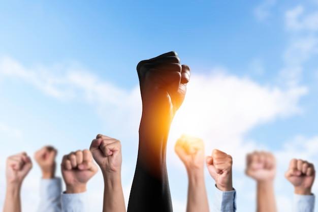 Os negros levantam as mãos entre as mãos brancas para protestar nos estados unidos. Foto Premium