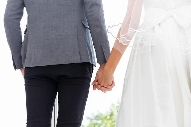 Os noivos pares de sorriso caucasiano e de pé junto em conjunto. Foto Premium