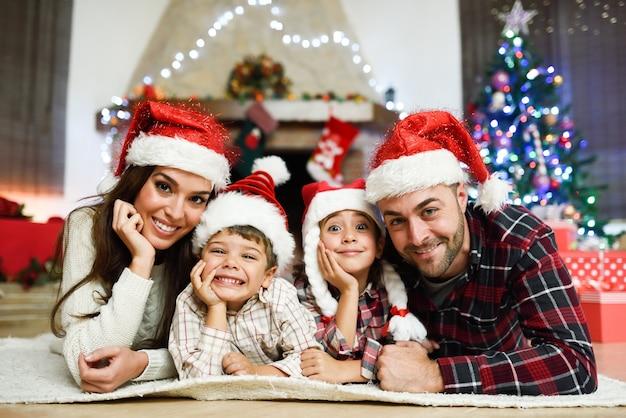 Os pais com crianças que coloca no assoalho Foto gratuita