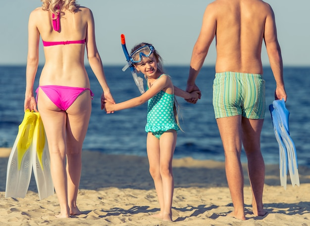 Os pais e sua filha de mãos dadas. Foto Premium