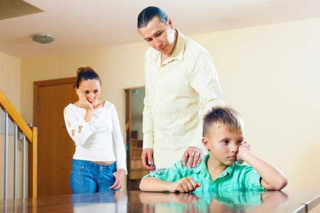 Os pais estão gritando filho adolescente. concentre-se apenas no menino Foto gratuita