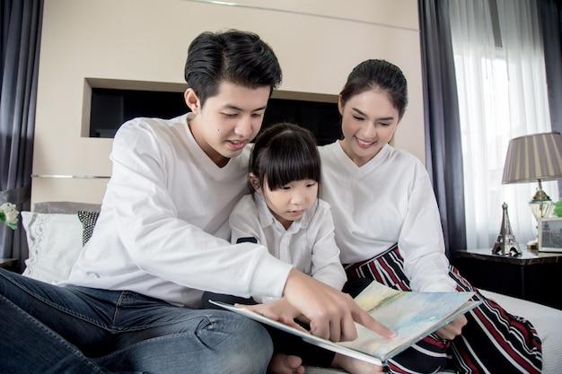 Os pais estão lendo histórias para seus filhos durante as férias. Foto Premium