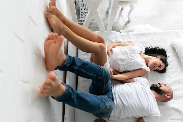 Os pais ficam com as pernas na parede Foto gratuita