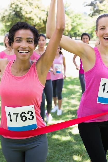 Os participantes do câncer de mama ganham a prova de maratona Foto Premium
