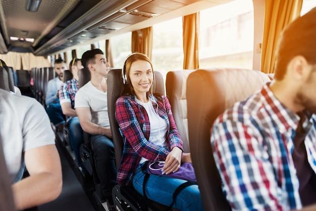 Os passageiros hipster têm música lida no autocarro de viagem. Foto Premium