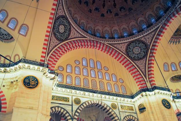 Os peregrinos ortodoxos visitaram a mesquita de aya sophia no natal. Foto Premium