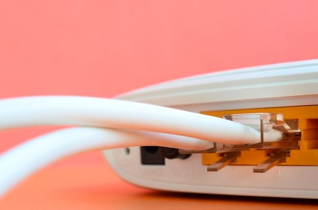 Os plugues do cabo de internet estão conectados ao roteador de internet Foto Premium