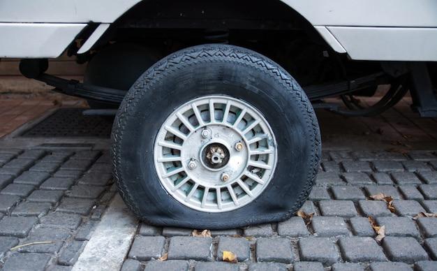 Os pneus velhos do carro lisos. Foto Premium