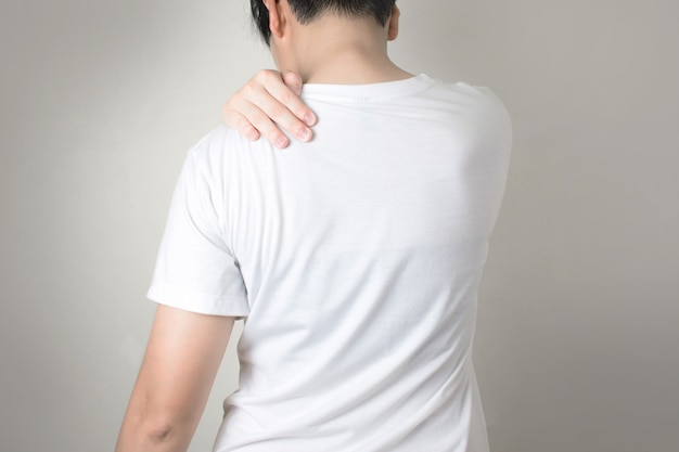 Os povos asiáticos têm dor no ombro. usando a alça no ombro. Foto Premium