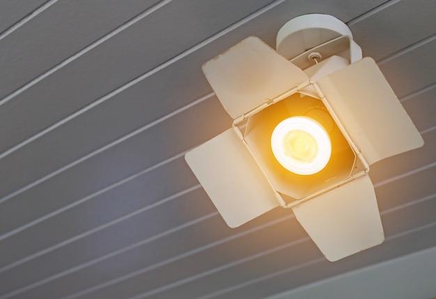 Os projectores do close up ligam a suspensão do teto. Foto Premium