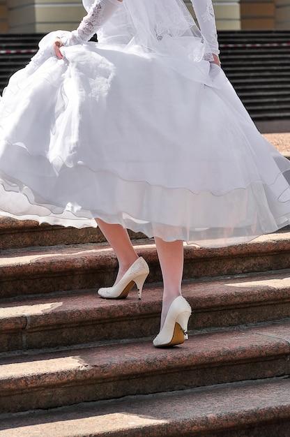 Os sapatos da noiva estão sujos Foto Premium