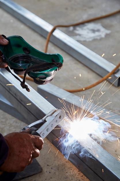 Os soldadores estão soldando aço na fábrica Foto Premium