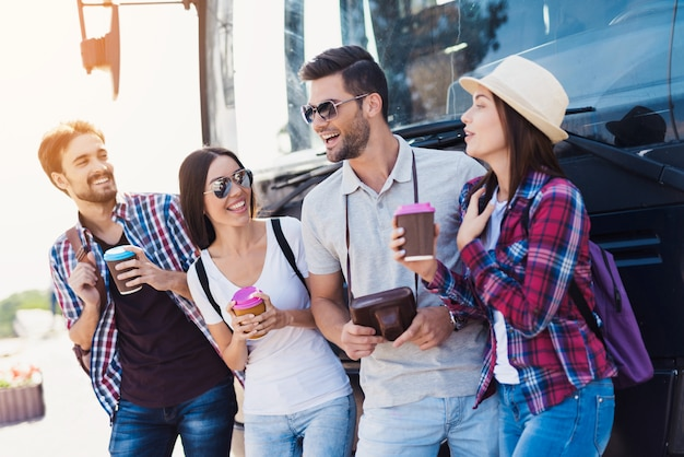 Os turistas felizes aproximam a atmosfera amigável do ônibus. Foto Premium