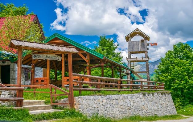Os turistas visitaram o restaurante, localizado na planície entre as altas montanhas cobertas de neve. Foto Premium