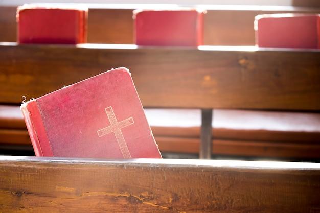 Os velhos livros vermelhos ou os livros de canções de culto vermelho na igreja Foto gratuita