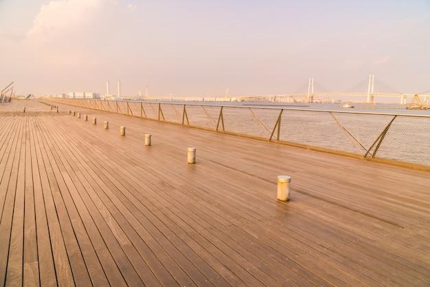 Osanbashi pier ou ponte com o belo horizonte da cidade de yokohama Foto gratuita