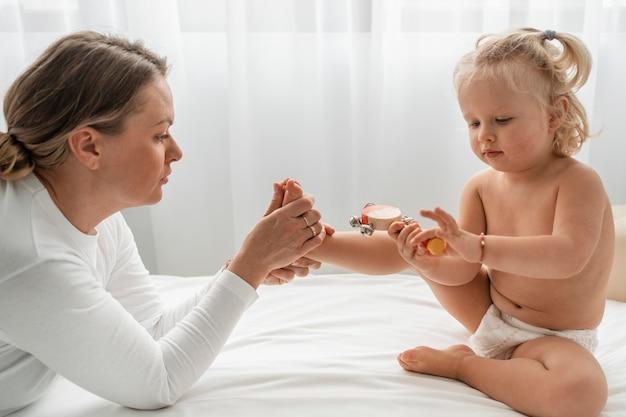 Osteopata tratando de uma menina Foto gratuita