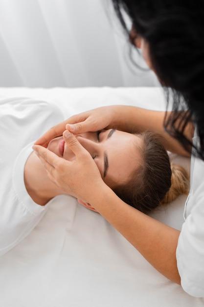 Osteopata tratando um paciente Foto gratuita