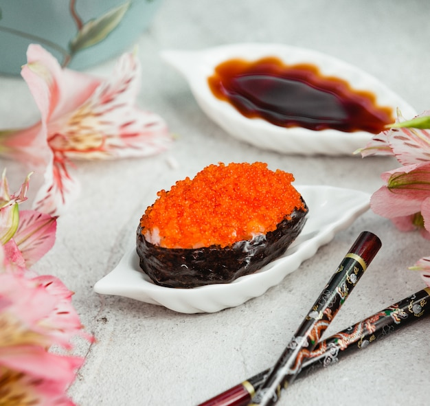 Ostra com caviar vermelho em cima da mesa Foto gratuita