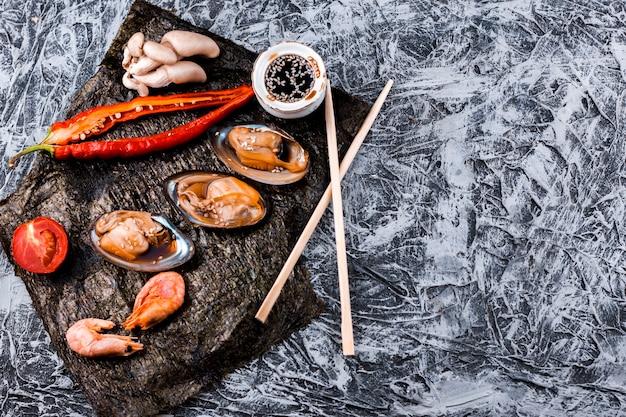 Ostras e camarão placa com espaço de cópia Foto gratuita