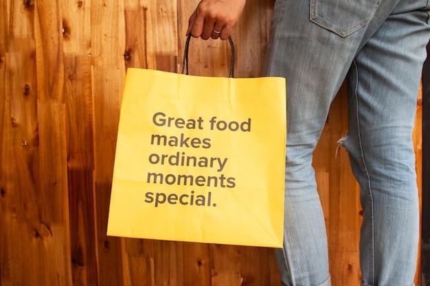 Ótima comida torna os momentos comuns especiais. formulação na bolsa amarela. mulher saudável ou conceito de dia de saúde Foto Premium