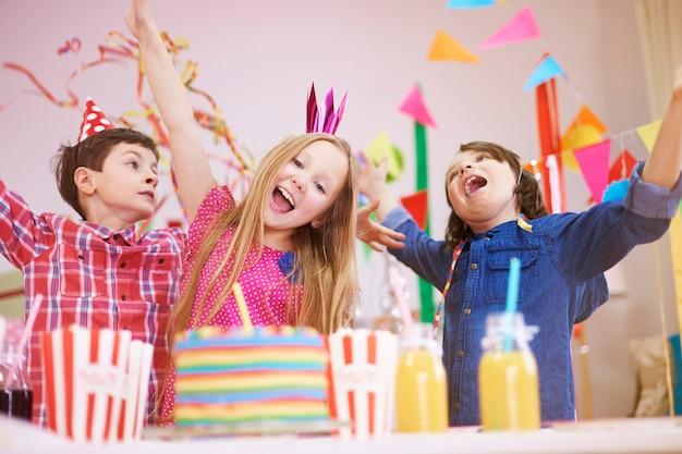 Ótima festa no nono aniversário Foto gratuita