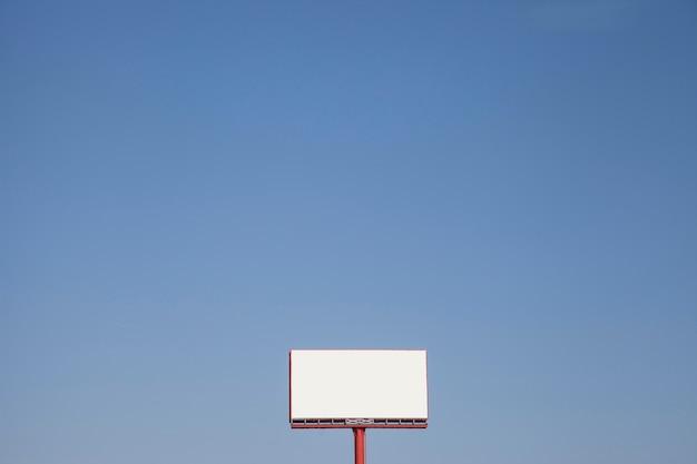 Outdoor de açambarcamento em branco contra o céu azul Foto gratuita
