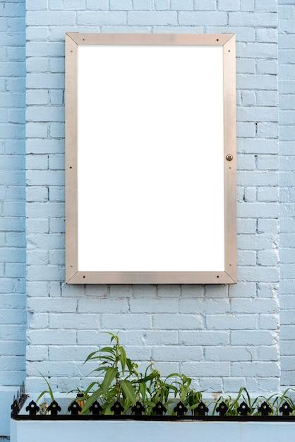 Outdoor de mock-up em uma parede de tijolo Foto gratuita