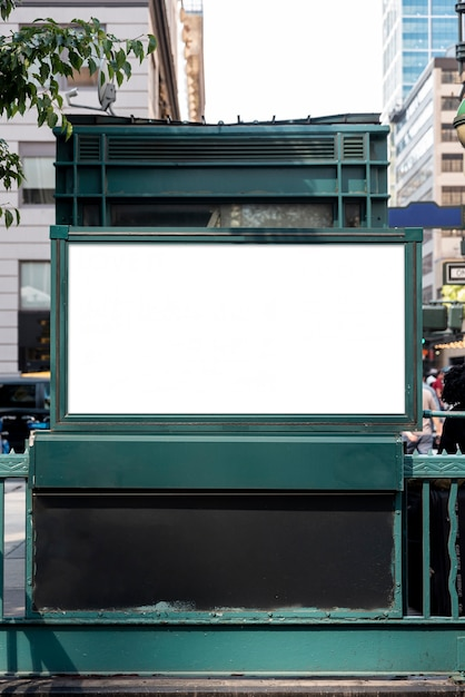 Outdoor de mock-up sobre a entrada do metrô Foto gratuita