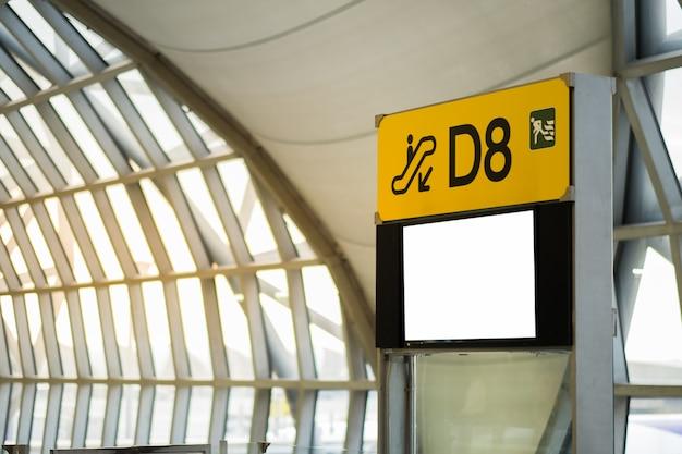 Outdoor de publicidade em branco no aeroporto. Foto Premium