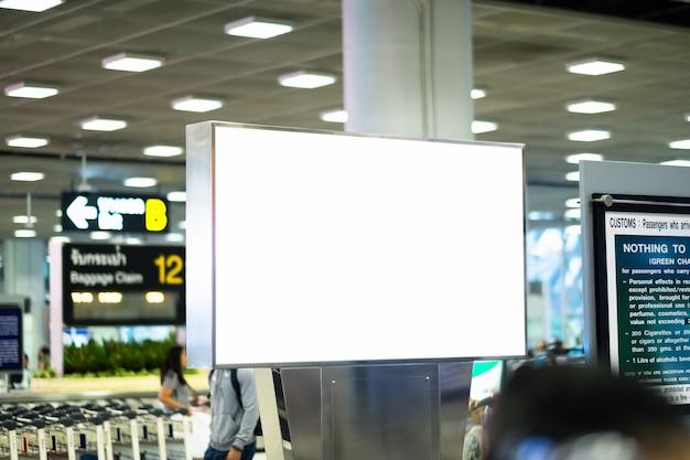 Outdoor de publicidade em branco no aeroporto Foto Premium