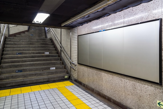 Outdoor em branco localizado no hall subterrâneo ou metrô para publicidade, conceito de maquete Foto Premium