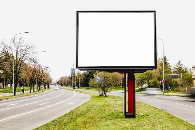 Outdoor em branco para publicidade ao ar livre no meio da estrada Foto gratuita