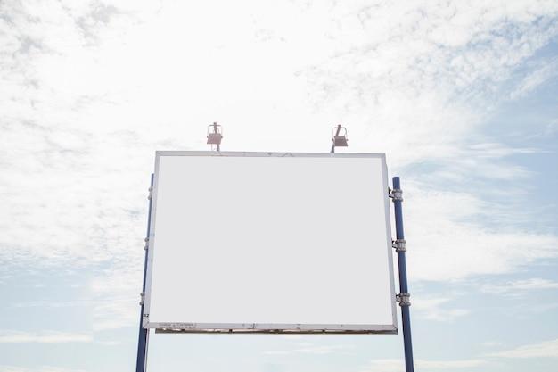 Outdoor vazio grande com duas lâmpadas contra o céu Foto gratuita
