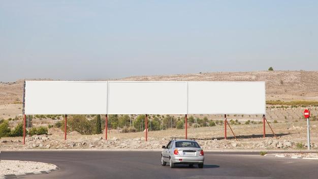 Outdoors de publicidade em branco perto da rodovia Foto gratuita