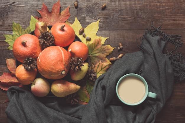 Outono ainda vida com abóboras, xícara de café a bordo. Foto Premium