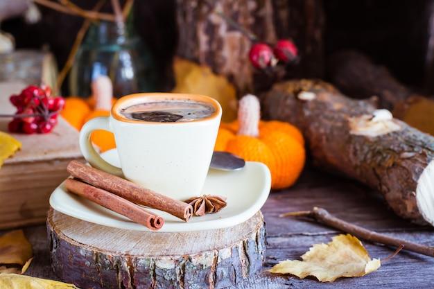 Outono ainda vida com bebida de café. Foto Premium
